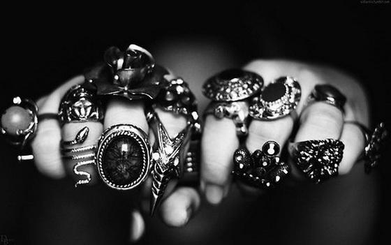 girls-hand-full-gansta-rings-chains-skull-fashion
